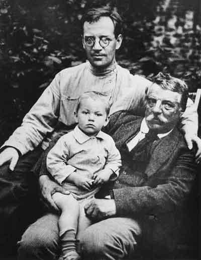 Борис Пильняк с отцом А.И.Вогау и сыном Андреем. Коломна. Лето 1923 года
