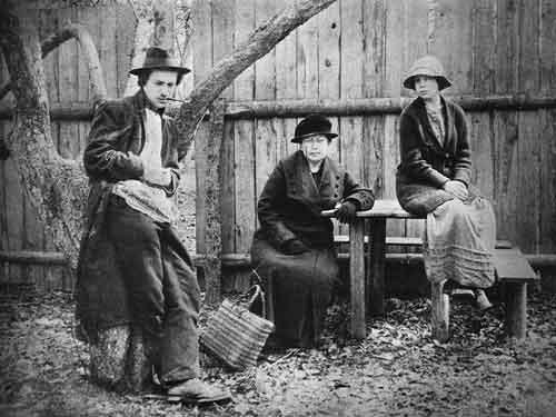Борис Пильняк с матерью О.А.Вогау и сестрой Ниной. Коломна. Апрель 1915 года